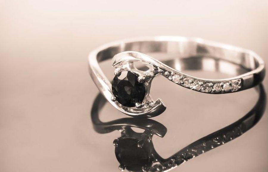 Srebrny pierścionek zaręczynowy