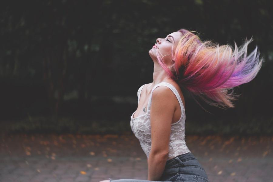 rozowe pasemka na blond-wlosach