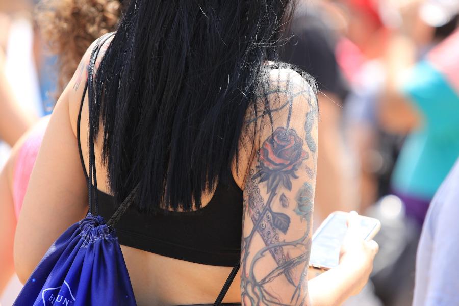kolorowa róża tatuaż