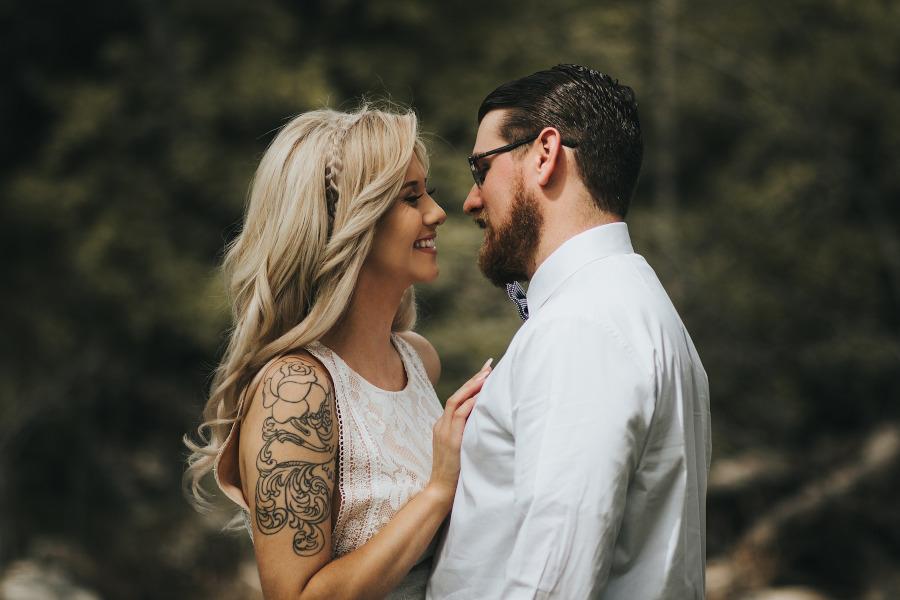 tatuaż z różą na ramieniu